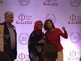 A Ministra da Economia da Indonésia recebe da fundadora e presidente do Fórum Global CCU, Anick Renaud-Coulon , prêmio pela Universidade Corporativa. Foto de Sônia Araripe/ Plurale.