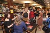 Foi bem prestigiada a noite de autógrafos do livro