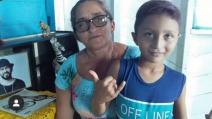 Menino de comunidade do Pará usa cotidiano difícil para escrever poesias na Amazônia