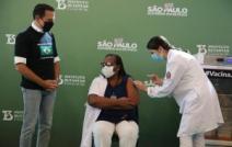 ESPECIAL CORONAVÍRUS - Primeira vacinada do país, enfermeira negra da periferia, Mônica Calazans, ajuda a salvar vidas em SP