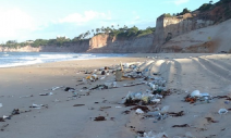 Toneladas de lixo urbano são encontradas em praias do RN