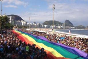 Parada do Orgulho LGBT reúne milhares de pessoas em Copacabana