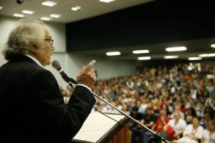 Universidade tem de formar para a liberdade, diz Pérez Esquivel