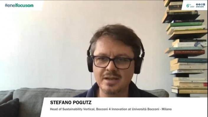 Stephano Koghtz, professor da Universidade italiana de Bocconi fez pergunta sobre recuperação verde para a Professora Stephanie Kelton na webinar #EnelFocusOn .