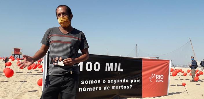 Manifestação em Copacabana (RJ) em memória dos 100 mil brasileiros mortos pela Covid-19. Taxista Márcio Antônio, que perdeu o filho para a doença. - Fotos da ONG Rio de Paz