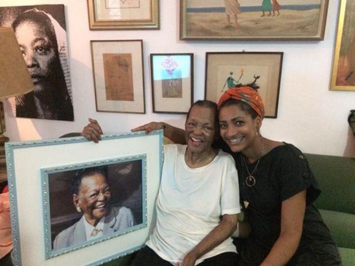 Foto da atriz RUTH DE SOUZA com a fotógrafa RAFAELA CASSIANO/ Arquivo pessoal.