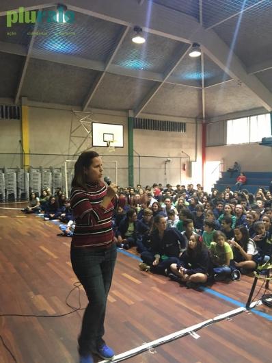 Jornalista Sônia Araripe, Editora de Plurale, conversando com alunos do Colégio Batista Shepard - Tijuca - no Dia do Meio Ambiente.
