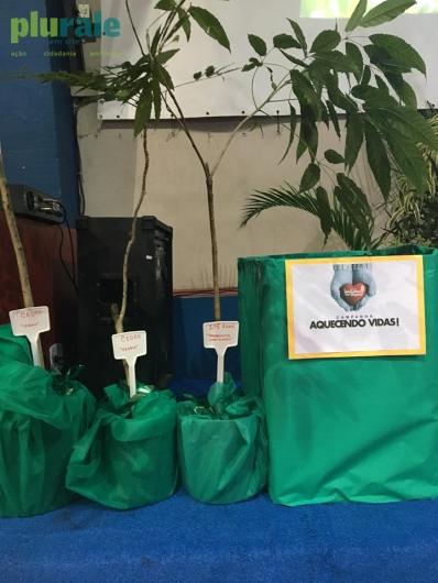 Doações de agasalhos feitas por alunos do Colégio Batista Shepard - Tijuca - no Dia do Meio Ambiente. Mudas serão plantadas por alunos do 3º Ano do Ensino Médio, que deixarão a escola este ano.