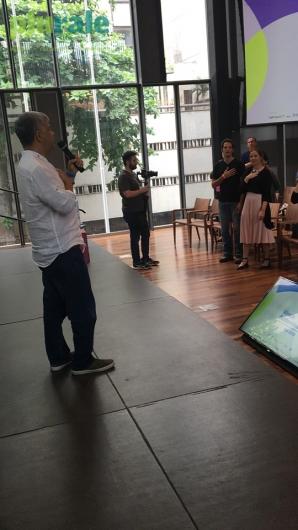 O escritor Kaka Werá ensina dança de seus ancestrais no Fórum de Abertura da Virada Sustentável, na Casa Firjan. Foto de Sônia Araripe (Plurale).