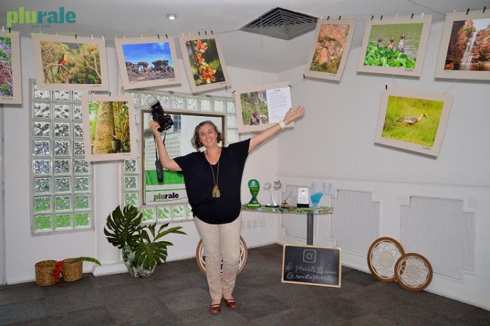 A autora LUCIANA TANCREDO e suas fotos em ambiente com decoração sustentável - Evento #PURALE12ANOS / Foto de Rafaela Cassiano