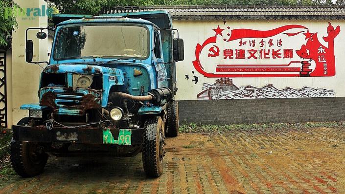 """Comuna rural da Província de Hubei, no Centro da China. No muro está escrito em chinês: """"Corredor da construção cultural do Partido.""""  – Foto de Hélio Rocha/ Plurale na CHINA"""